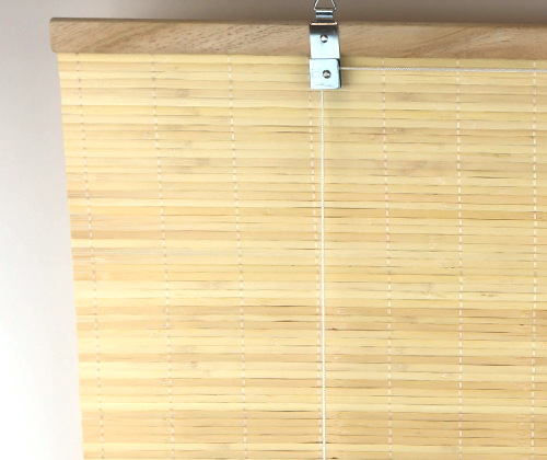 Ingezoomd op het ophangsysteem van het bamboe rolgordijn natuur