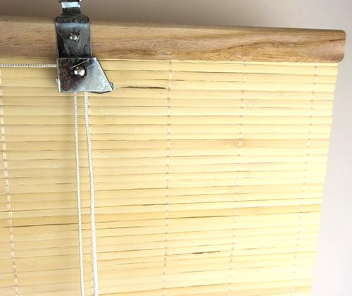 Detailfoto van het ophangsysteem van het bamboe rolgordijn natuur