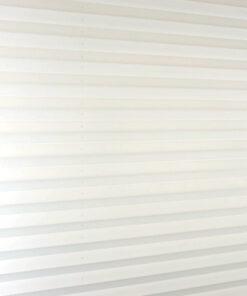 Het plissè gordijn wit wanneer deze uitgevouwen is
