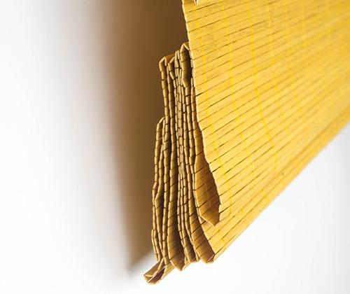Bamboe vouwgordijn opgevouwen detailfoto van de zijkant