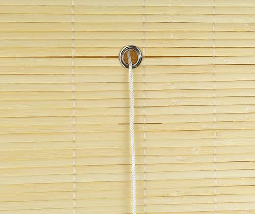Achterkant van bamboe vouwgordijn natuur ringetje voor touw