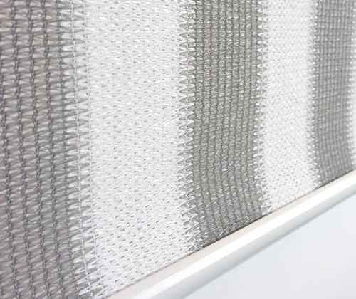 Detailfoto van het buitenrolgordijn grijs/wit