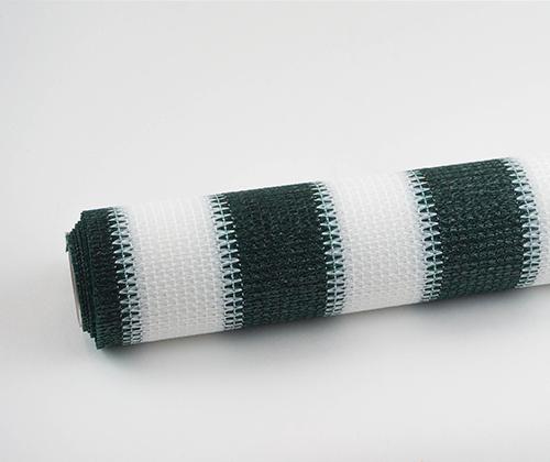 Buitenrolgordijn groen/wit opgerold
