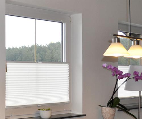 Witte plissé gordijnen in woonkamer