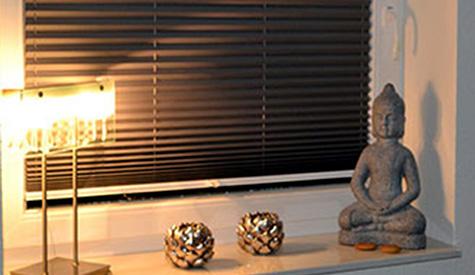 Jaloezie (zwart) met lampjes, kaarsen en boeddha