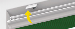 Voorbeeld vastklikken plisse met koord in montageprofiel