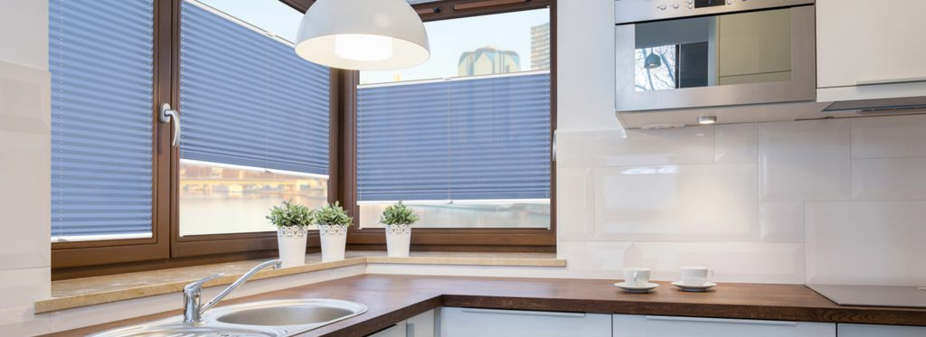 Blauwe plisségordijnen in keuken