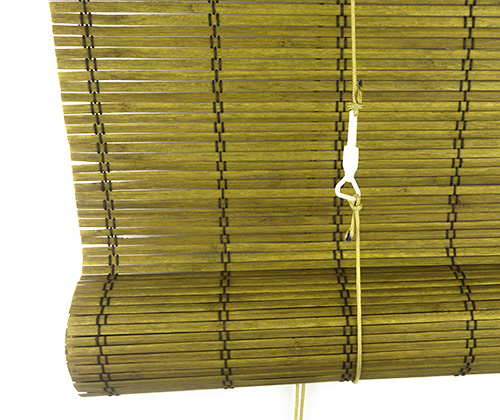 Bamboe rolgordijn goudbruin detailfoto opgerold