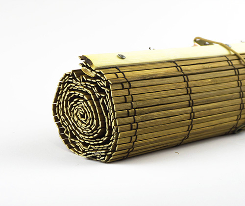 Bamboe vouwgordijn goudbruin detailfoto opgerold